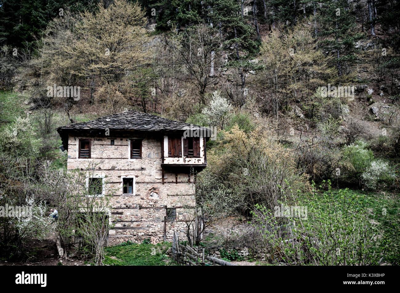 Case Di Montagna In Pietra : Casa di pietra sopra la montagna della tavola fotografia stock
