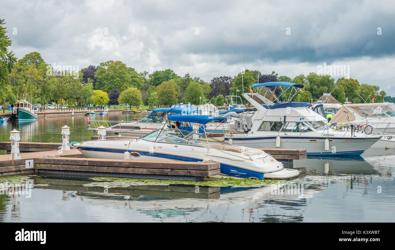 Le piccole imbarcazioni da diporto sono tranquillamente ormeggiata nel porto di Orillia Ontario Canada come un ritardo Foto Stock
