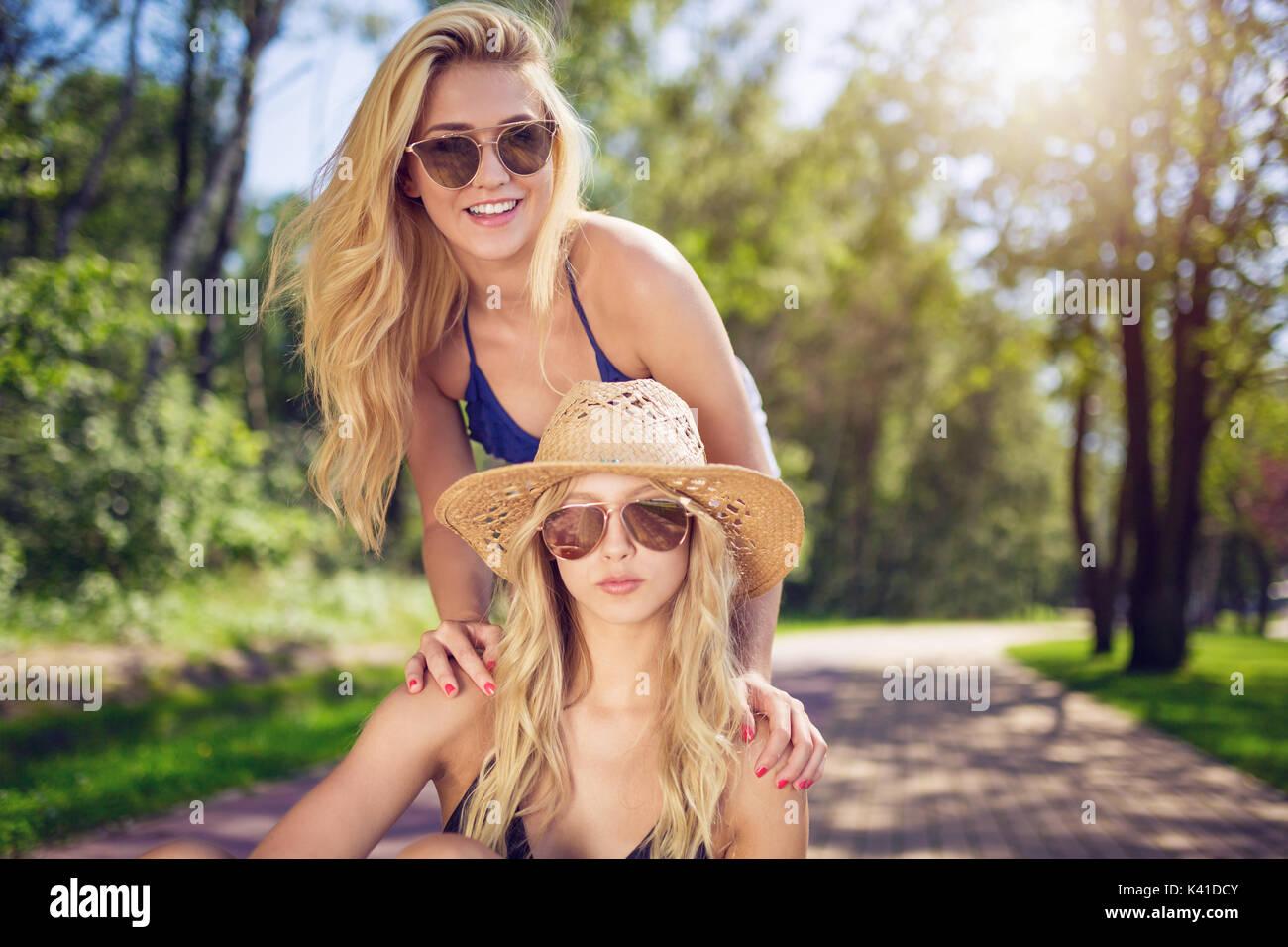Una foto di una giovane e bella donna di trascorrere il tempo libero con la sua amica. Immagini Stock