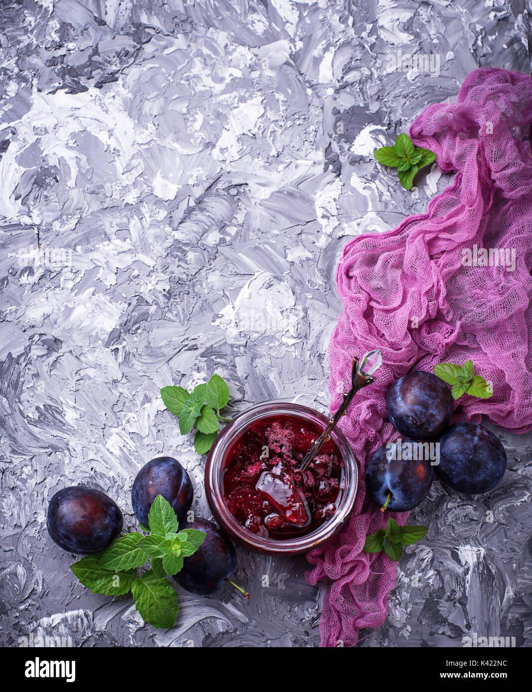 Vasetto di marmellata di prugne Immagini Stock