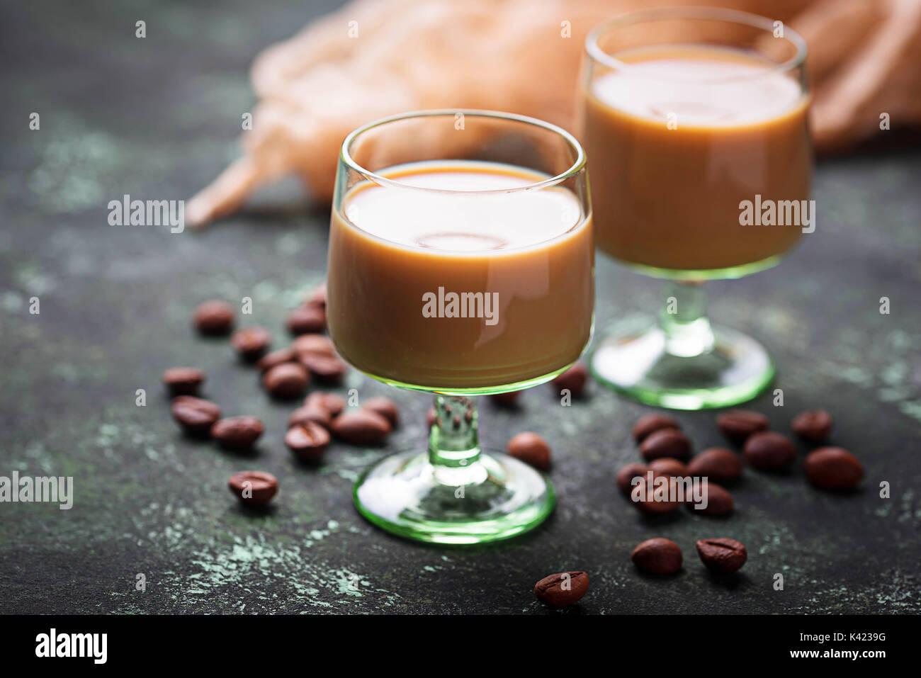 Liquore Irish cream e i chicchi di caffè Immagini Stock
