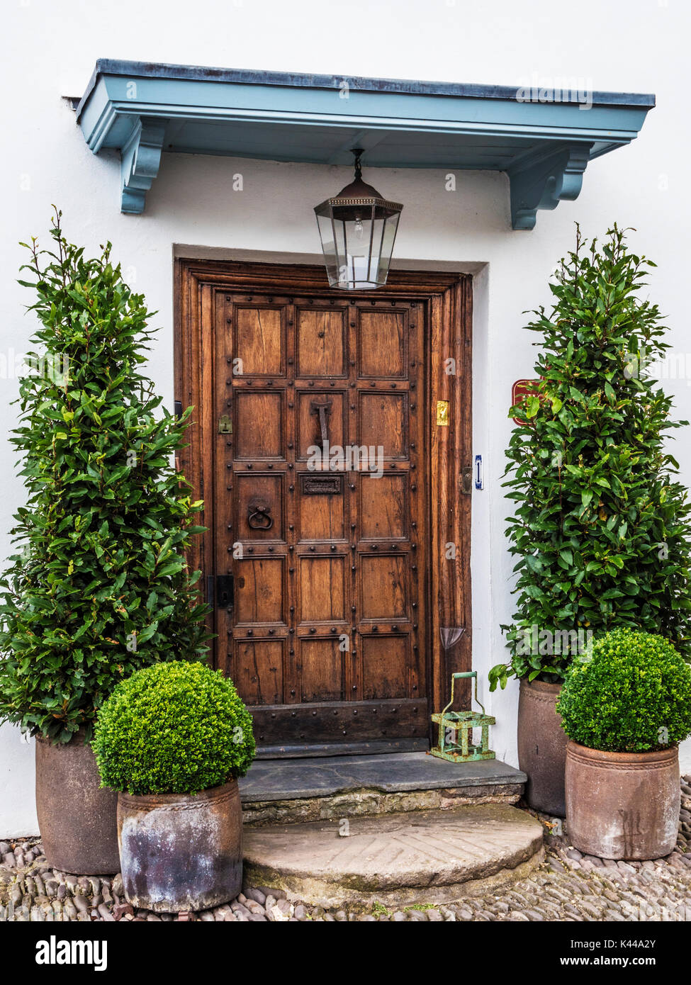Un solido legno porta anteriore per una casa in Dunster vicino a Minehead, Somerset. Immagini Stock
