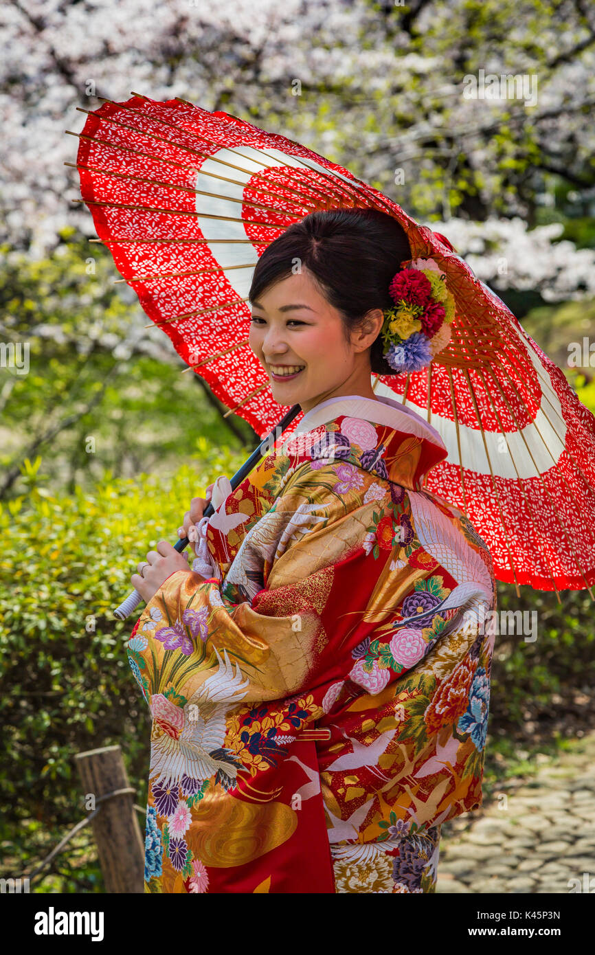 f9f90e90ecb6 Una sposa giapponese nel tradizionale abito da sposa in il parco Sumida