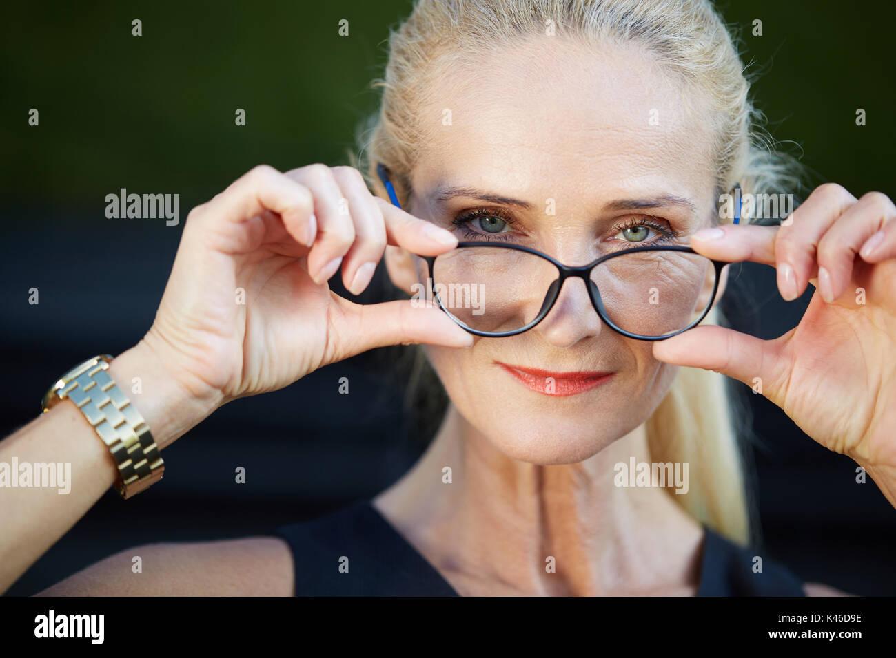 Close up ritratto di felice imprenditrice azienda occhiali. Immagini Stock