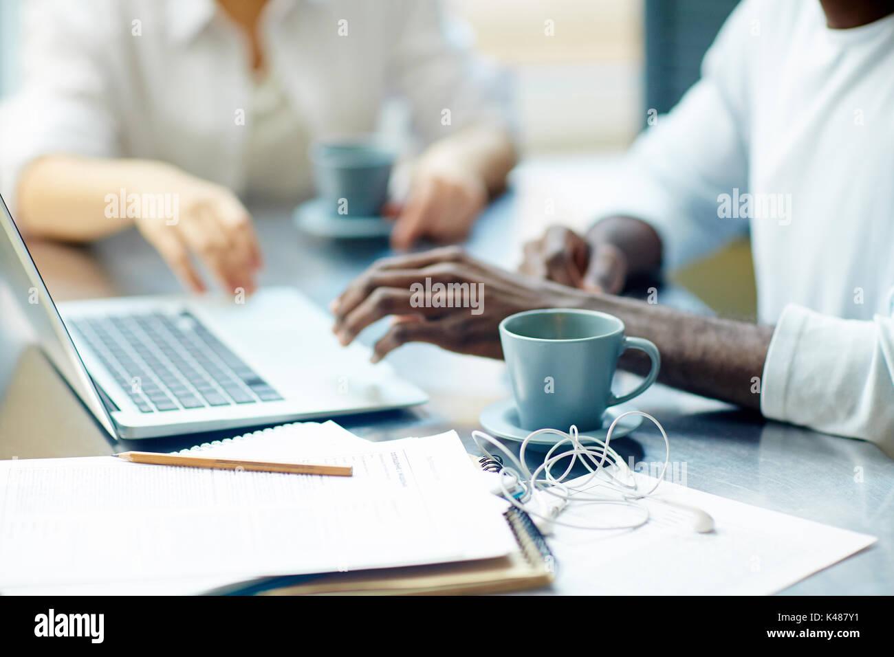 Processo di lavoro in ufficio Immagini Stock