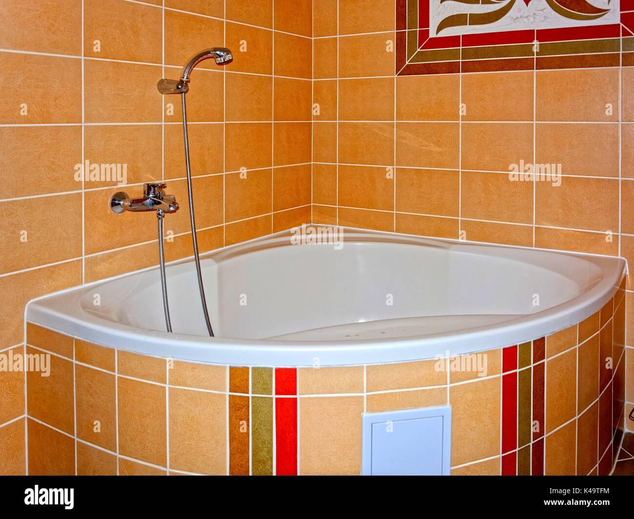 Vasca ad angolo con piastrelle marrone foto immagine stock