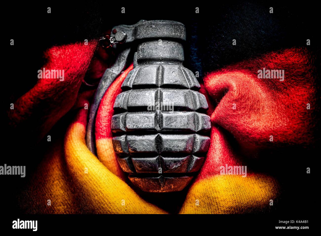 Hand Grenade davanti alla bandiera della Germania, estremismo minaccia Foto Stock