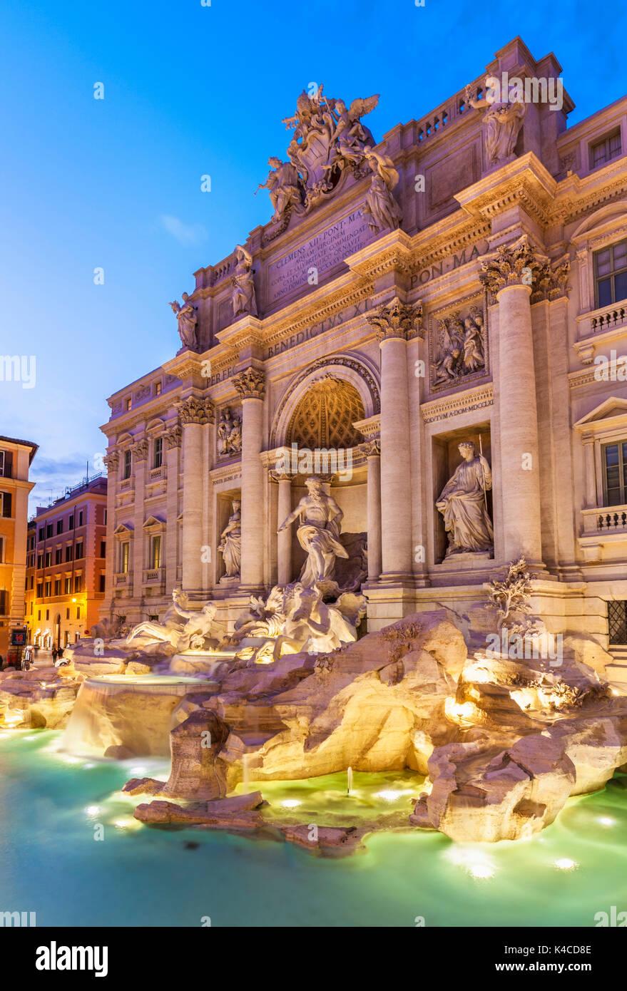 Roma Fontana di Trevi sostenuto dal Palazzo Poli illuminata di notte Roma Lazio Italia Europa UE Immagini Stock
