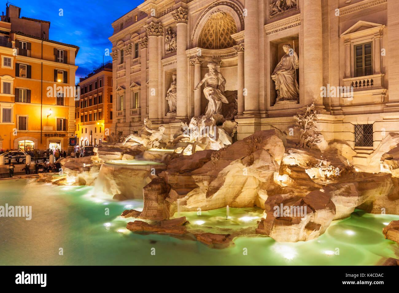 Roma Fontana di Trevi sostenuto dal Palazzo Poli illuminata di notte Roma Lazio Italia Europa UE Foto Stock