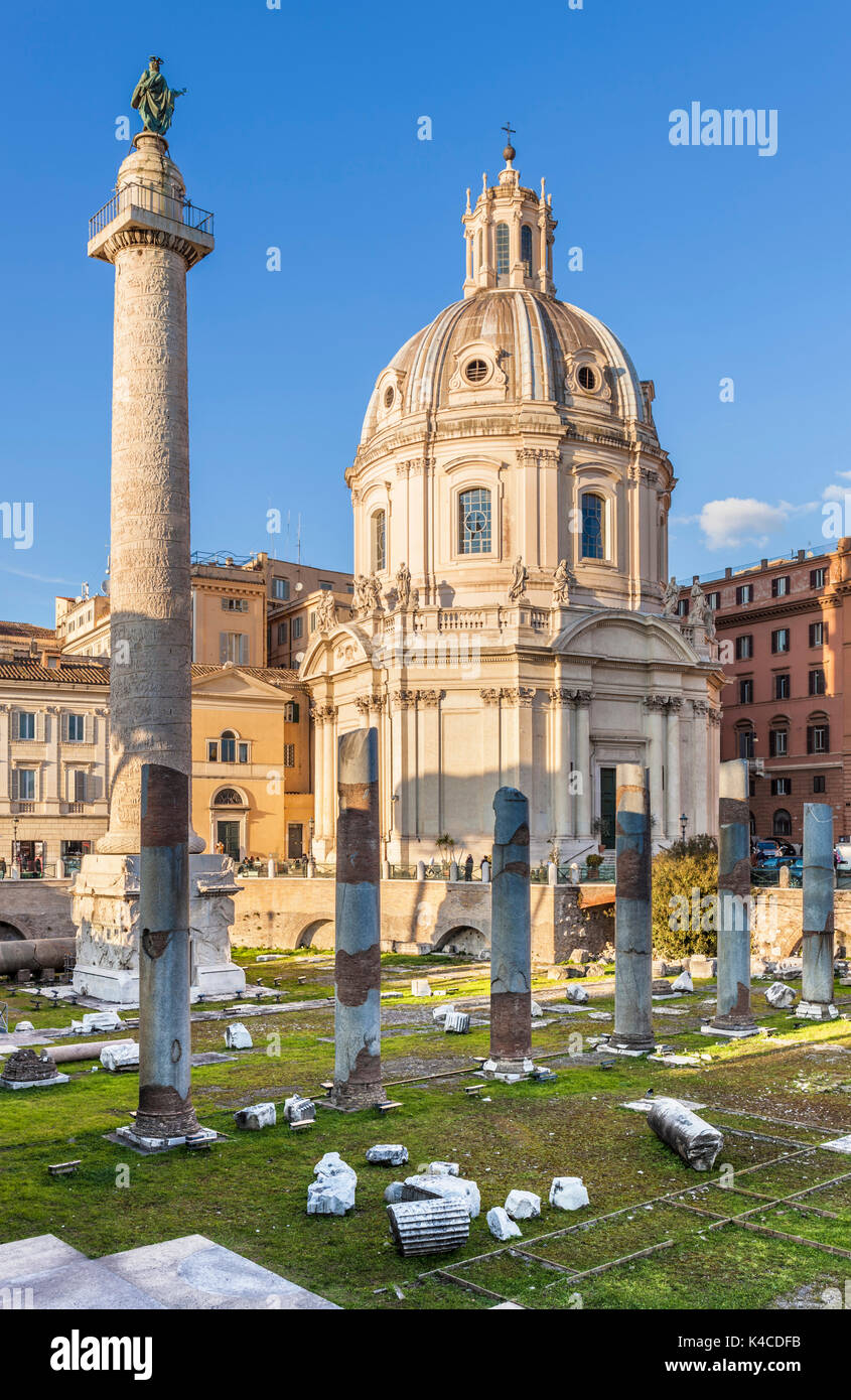 Roma Italia la Chiesa SS Nome di María Colonna di Traiano e colonne nel Foro di Traiano Roma Lazio EU Europe Immagini Stock