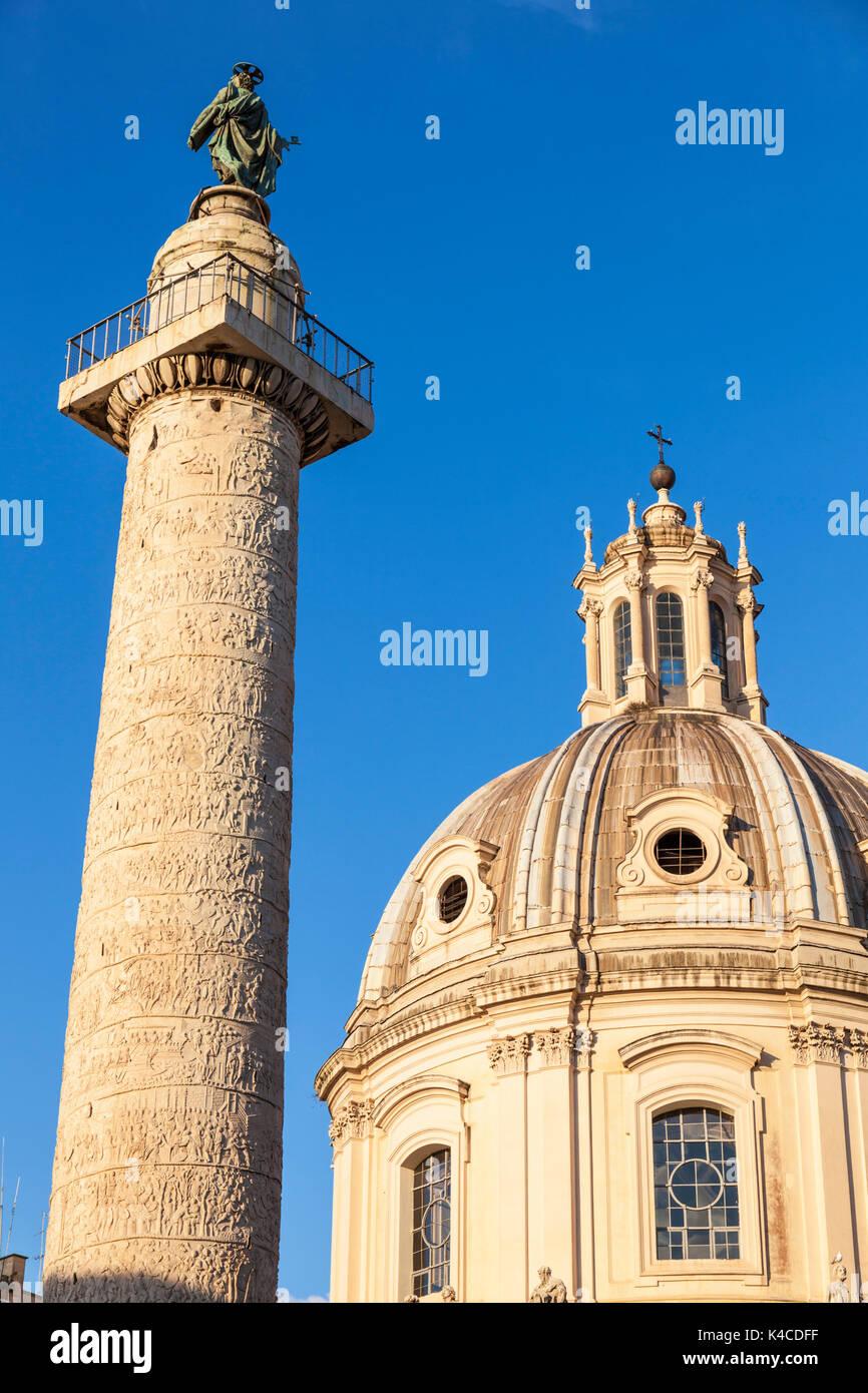 Roma Italia la cupola della Chiesa SS Nome di Maria la Chiesa e Colonna di Traiano Roma Lazio Italia Europa UE Immagini Stock
