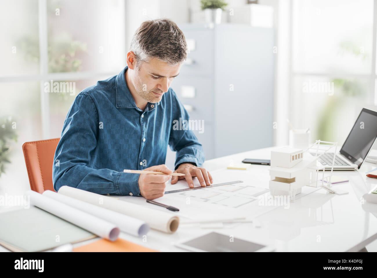 Regalo Per Architetto Femmina architetto professionista lavora alla scrivania in ufficio