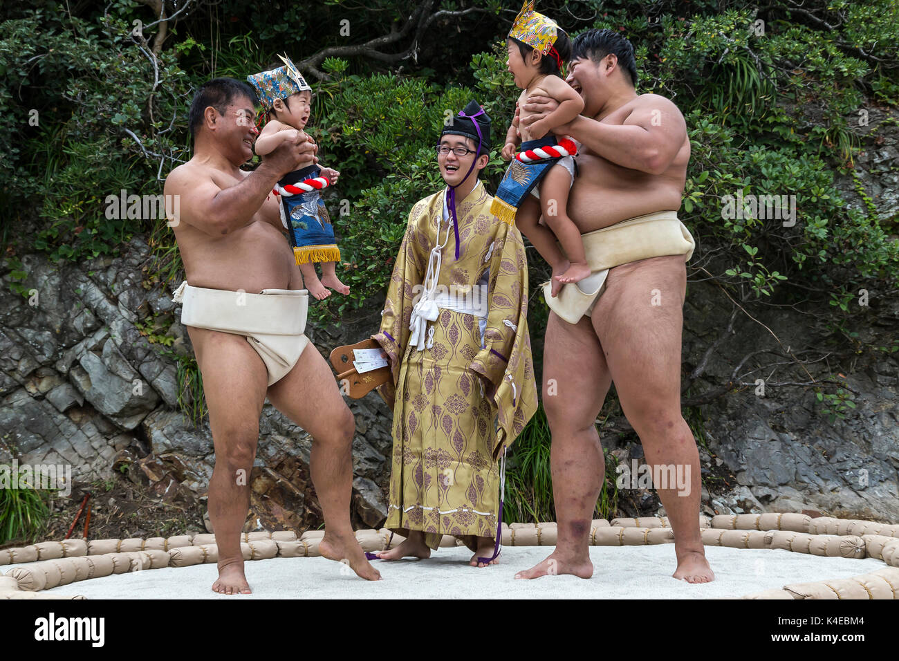 """Il vostro marchio, ottenere impostare, ora URLARE! Nakizumo è un vecchio di 400 anni evento che sembra essere basato su il proverbio """"gridare i bambini crescono più velocemente"""". Neonati les Immagini Stock"""