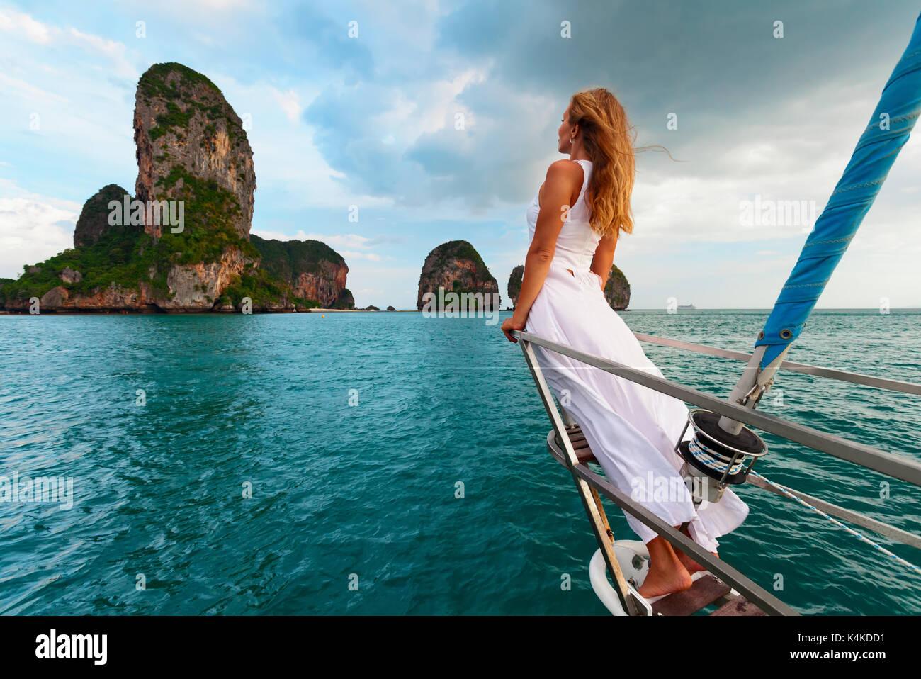 Gioiosa giovane donna ritratto. Felice ragazza a bordo di yacht a vela divertiti a scoprire le isole nel mare tropicale in estate crociere costiere. Immagini Stock