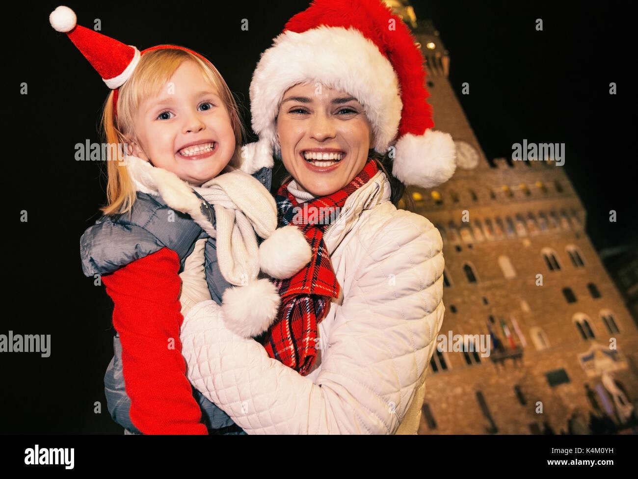 Viaggio pieno di ispirazione al tempo di Natale a Firenze. Sorridendo  moderna madre e figlia b6416c8165d1
