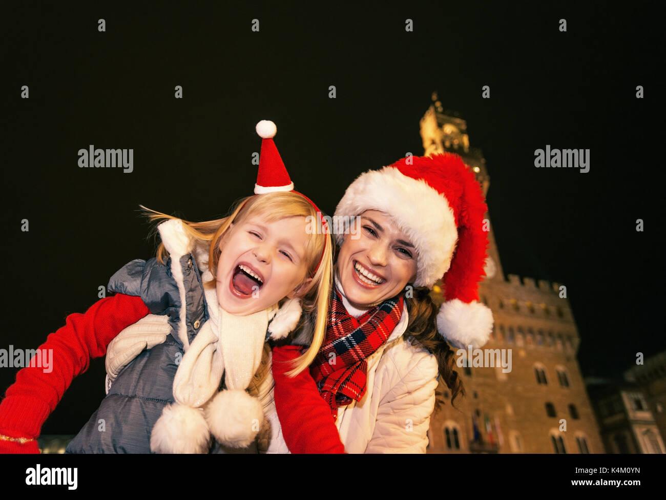 Viaggio pieno di ispirazione al tempo di Natale a Firenze. Ritratto di  Allegro giovane madre 711c9cd1a5fd