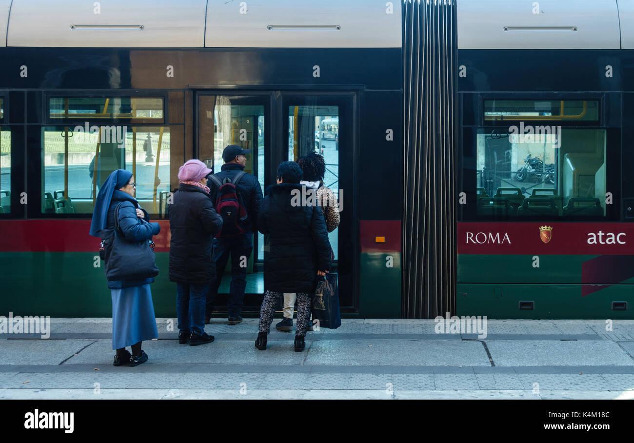 Passeggeri e nun imbarco roma city tram Immagini Stock