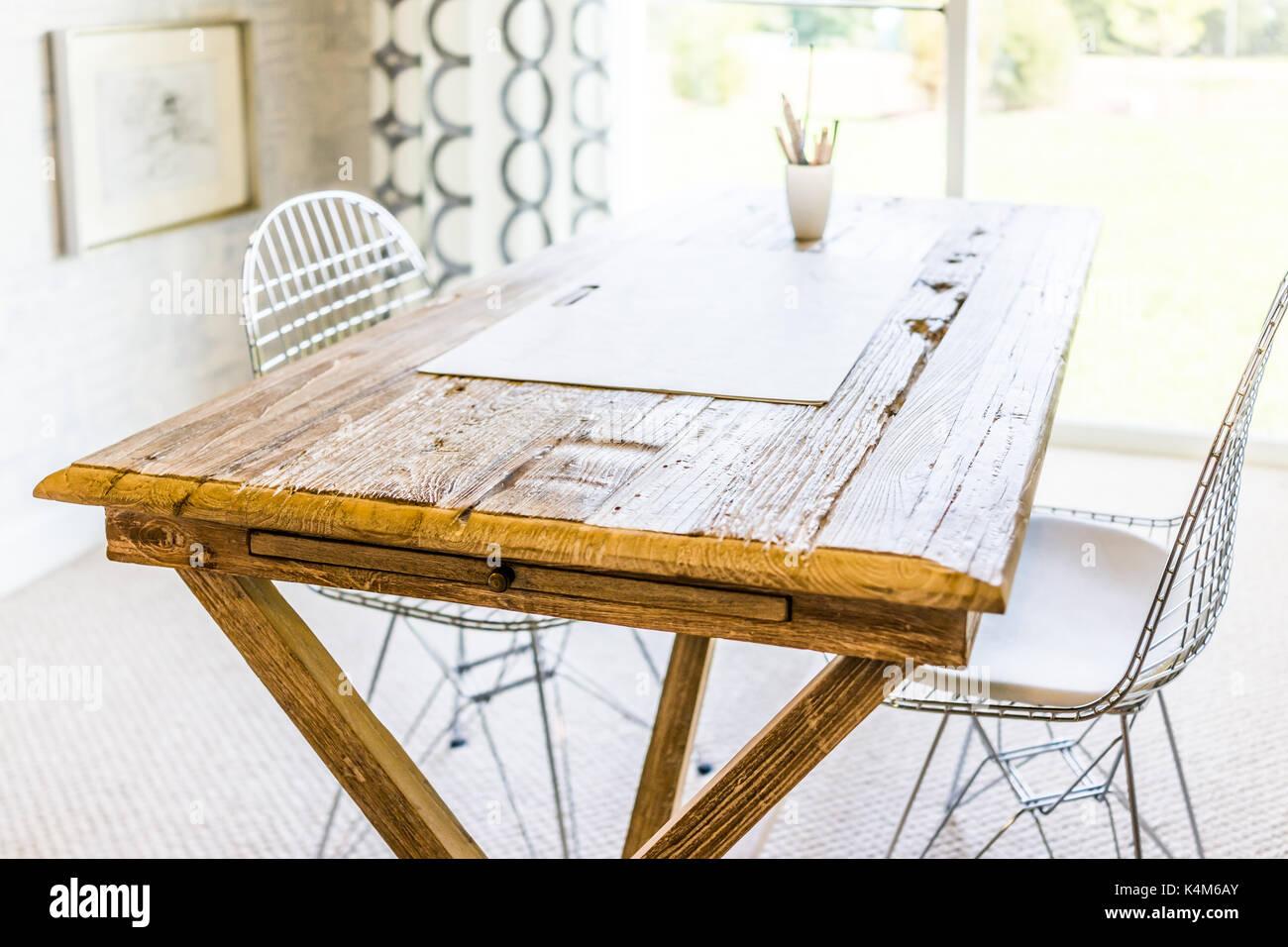 Artista Tavolo In Legno Con Disegno Di Verri E Sedie Dalla Finestra Di Sole In Casa Casa O Appartamento Foto Stock Alamy