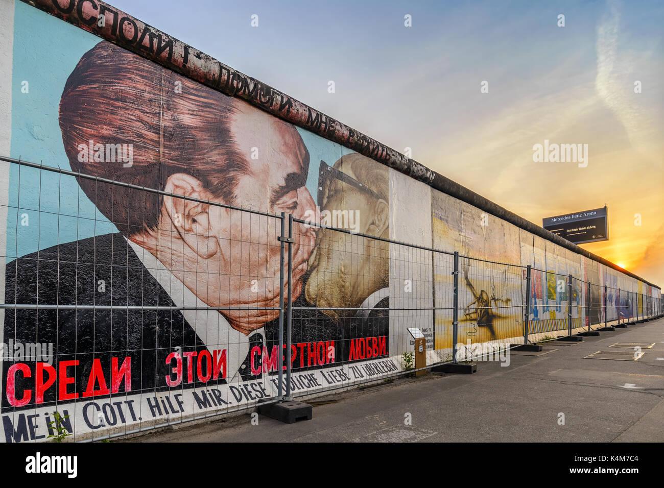 Berlino, Germania: Maggio 10, 2017: berlin skyline tramonto al celebre Muro di Berlino, Berlino, Germania Foto Stock