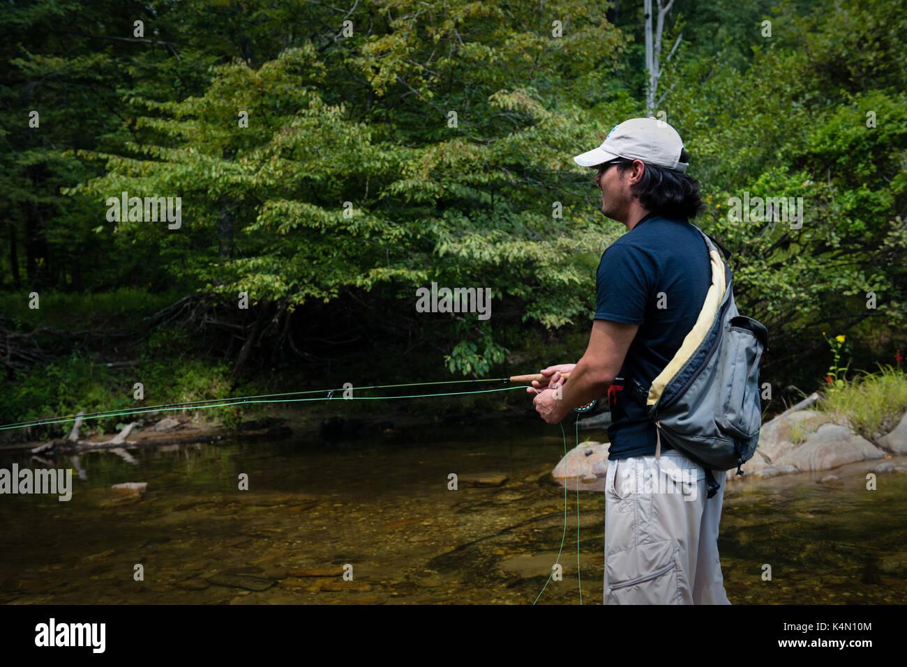 Pesca alla trota guida - uomo utilizza asta di trote per la pesca di trote,bass,bluegill,e pesce gatto wilson Creek North Carolina deserto uomo la pesca Immagini Stock