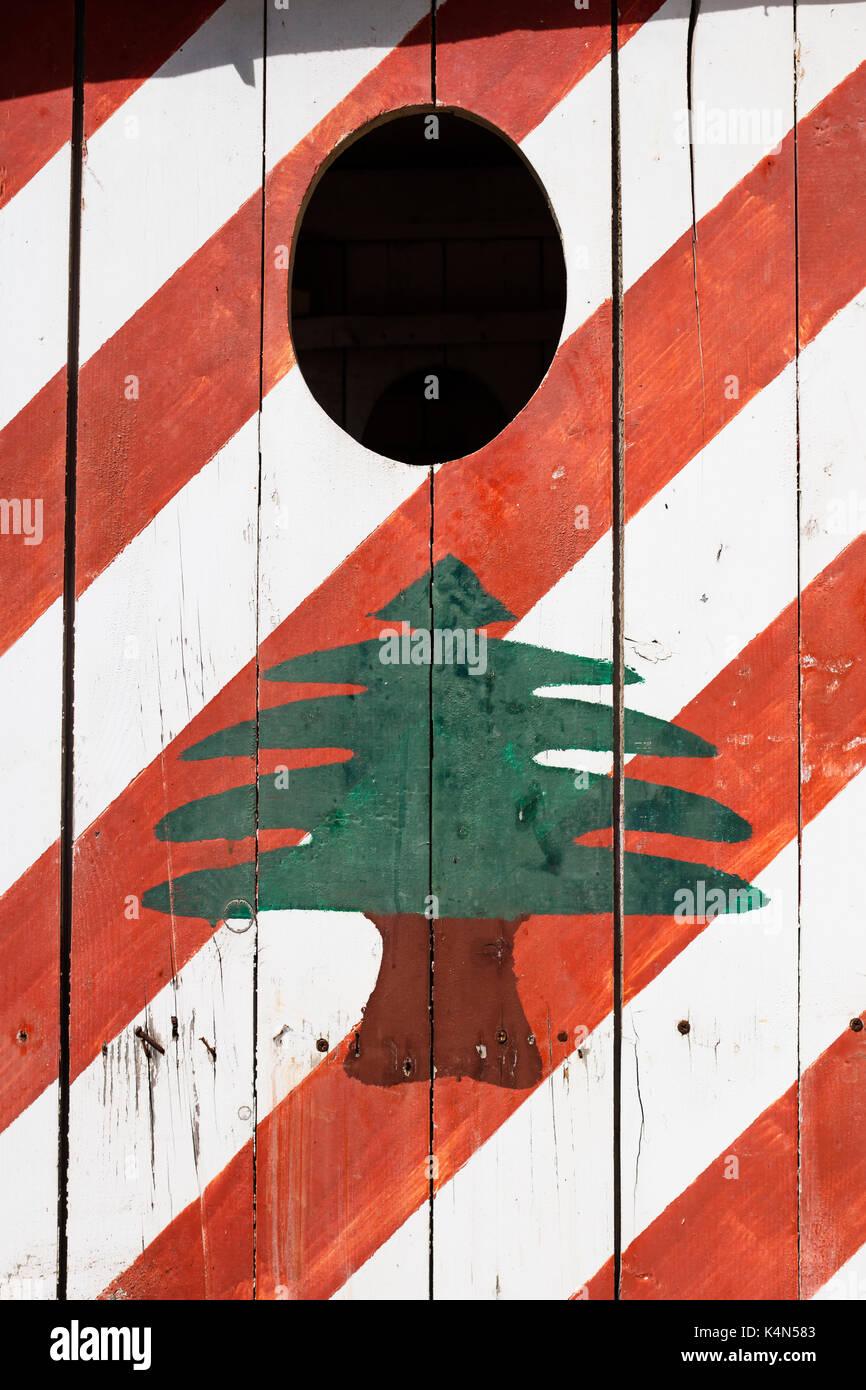Bandiera libanese dipinta su una casa di sicurezza, pneumatico, Libano Immagini Stock