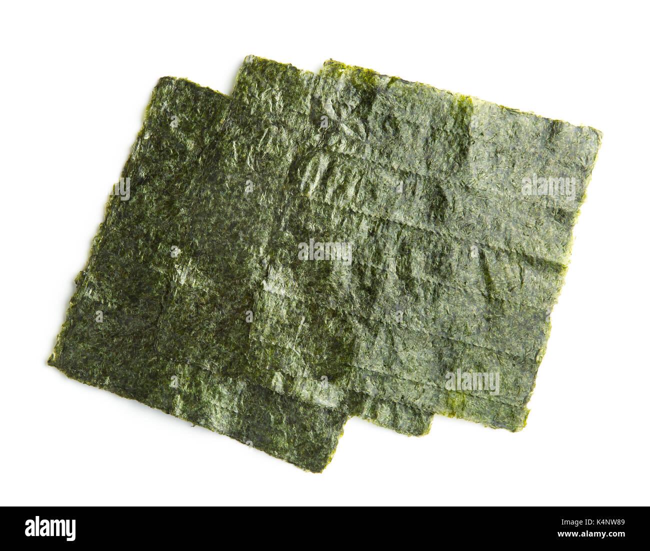Verde foglio di nori isolati su sfondo bianco. nori è l'ingrediente per il sushi. Immagini Stock