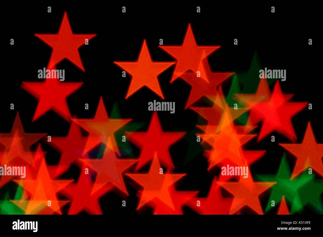 Abstract stelle colorato disegno luci di Natale blur su sfondo nero. Foto Stock
