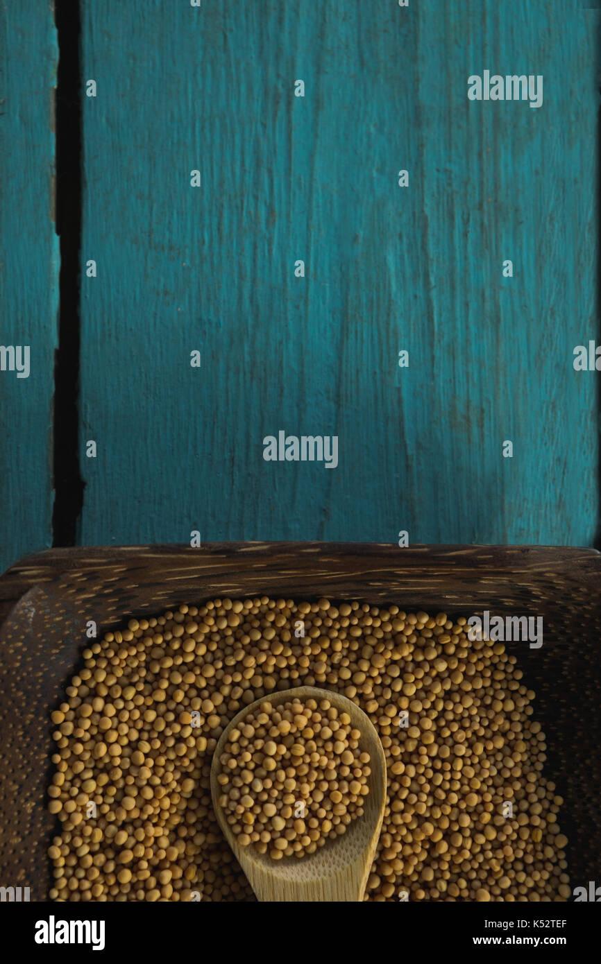 Close-up di semi di coriandolo in ciotola di legno Immagini Stock