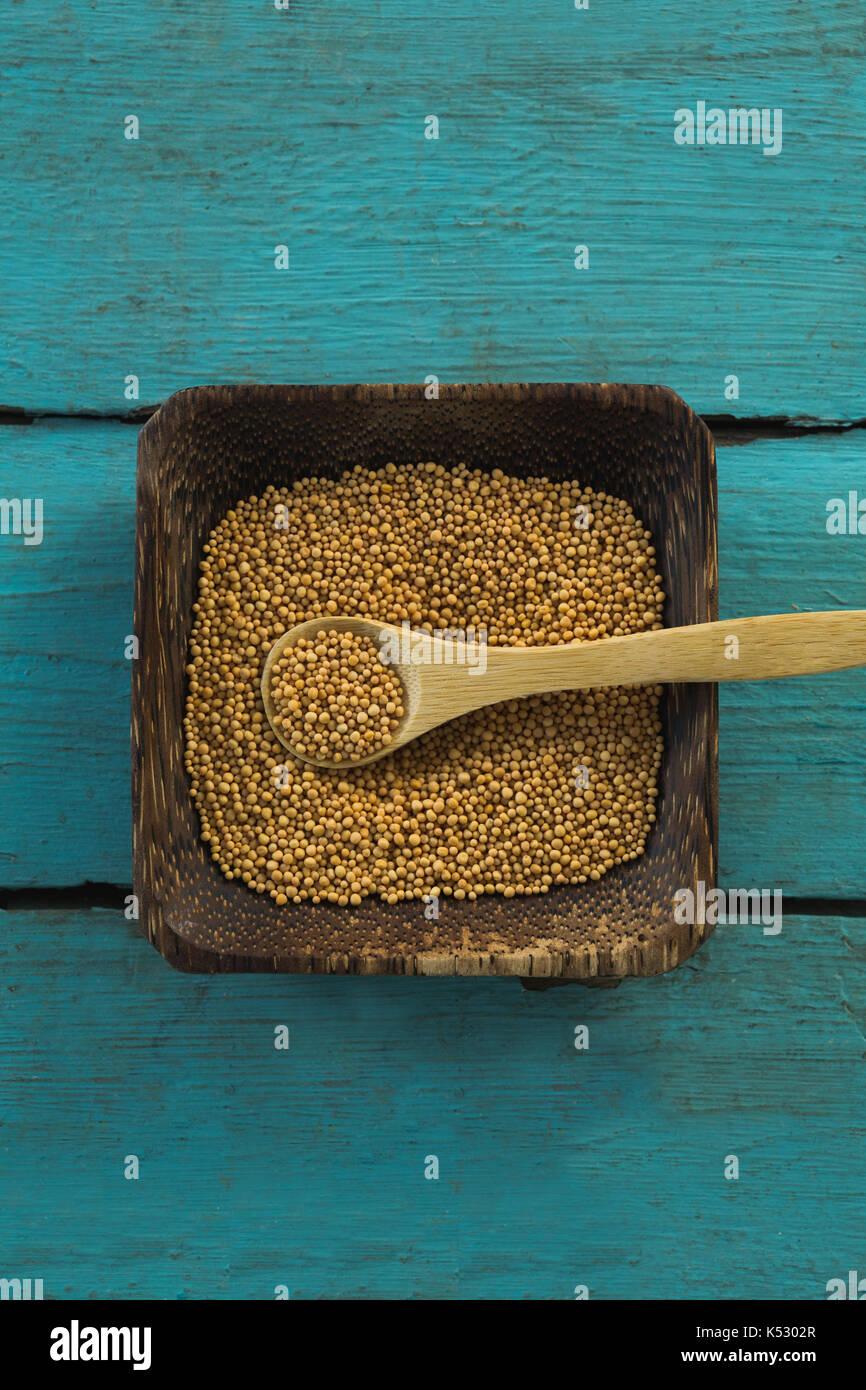 Vista aerea di semi di coriandolo in ciotola di legno Immagini Stock