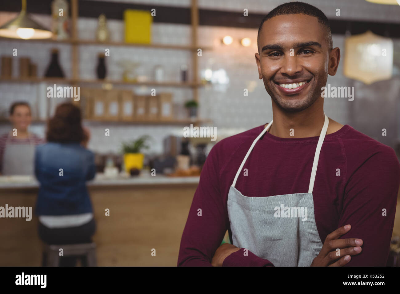 Ritratto del proprietario sorridente in piedi in cafe Immagini Stock