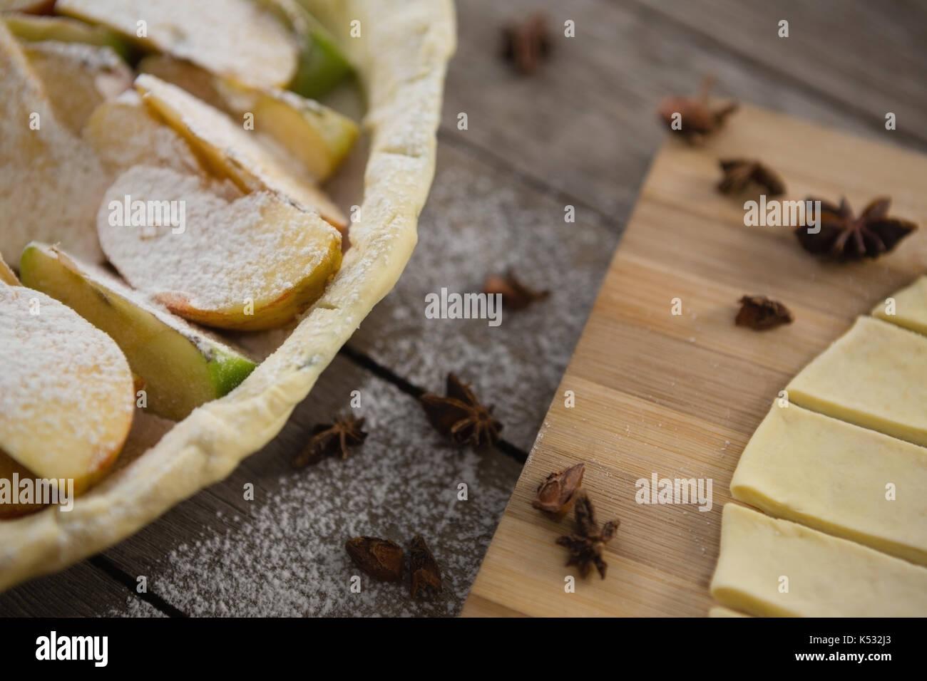 Immagine ritagliata della pasticceria strisce di pasta da Apple in teglia sul tavolo Immagini Stock
