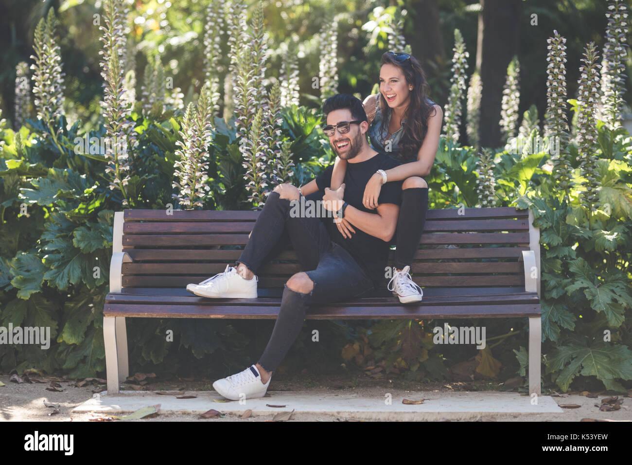 Ritratto di ridere giovane seduti insieme sul banco di lavoro Foto Stock