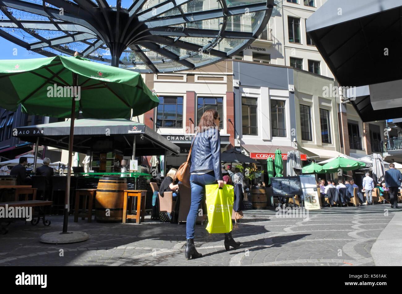 AUCKLAND - Aug 25 2017:donna shopping in Piazza della Cancelleria ...