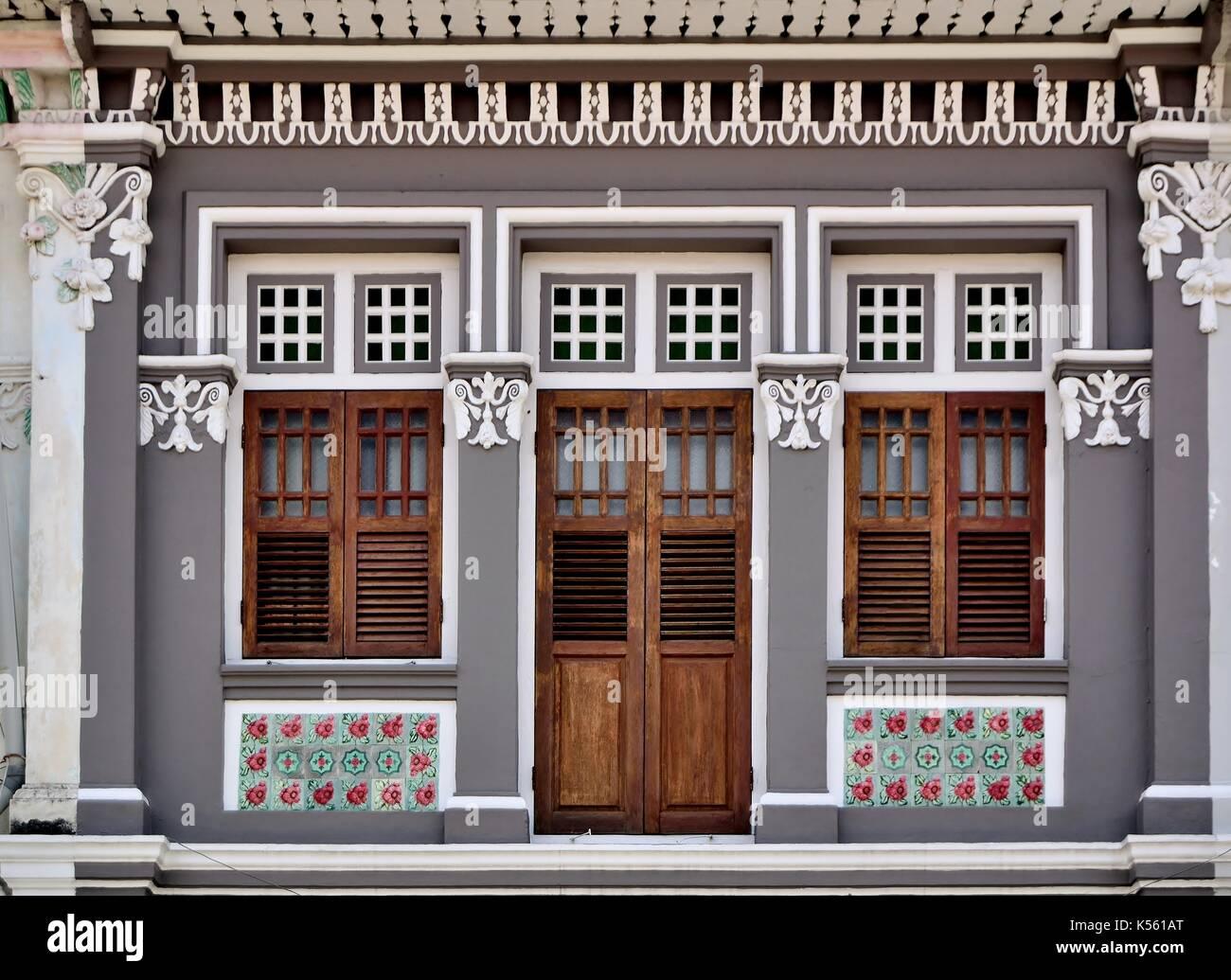 Case Con Persiane Grigie : Negozio tradizionale esterno della casa con legno marrone persiane