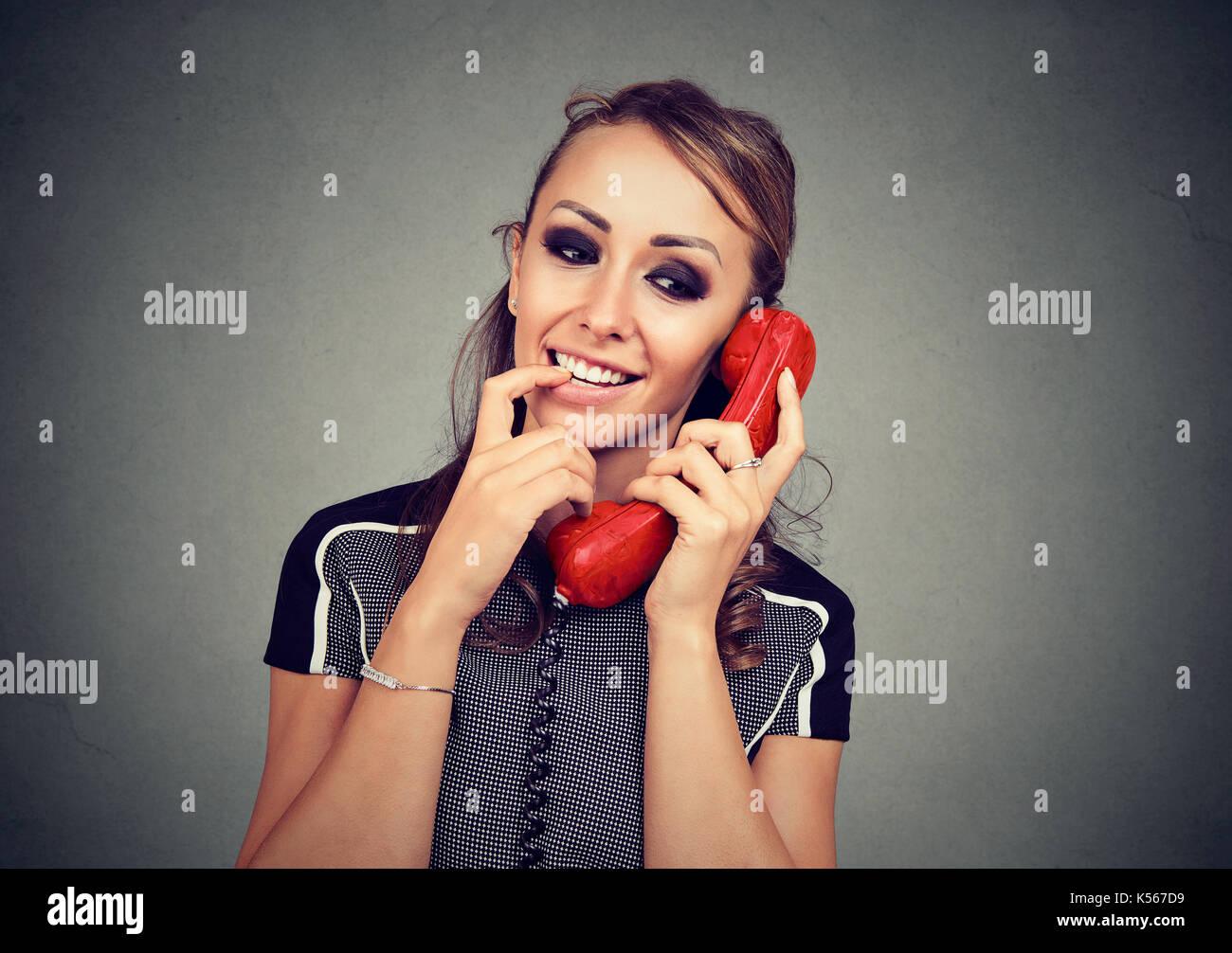 Carino donna avente interessante chiamata piacevole Foto Stock