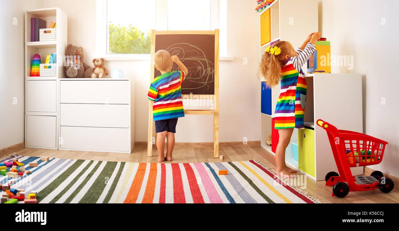 Bambino disegno sulla lavagna Immagini Stock
