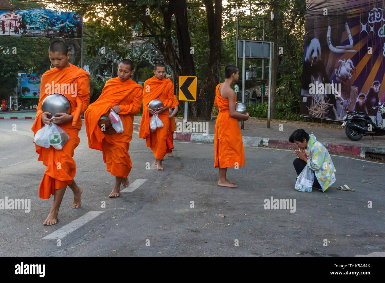 Chiang Mai, Thailandia - 1/8/2016: i monaci raccogliere donazioni in Chiang Mai, Thailandia. Immagini Stock