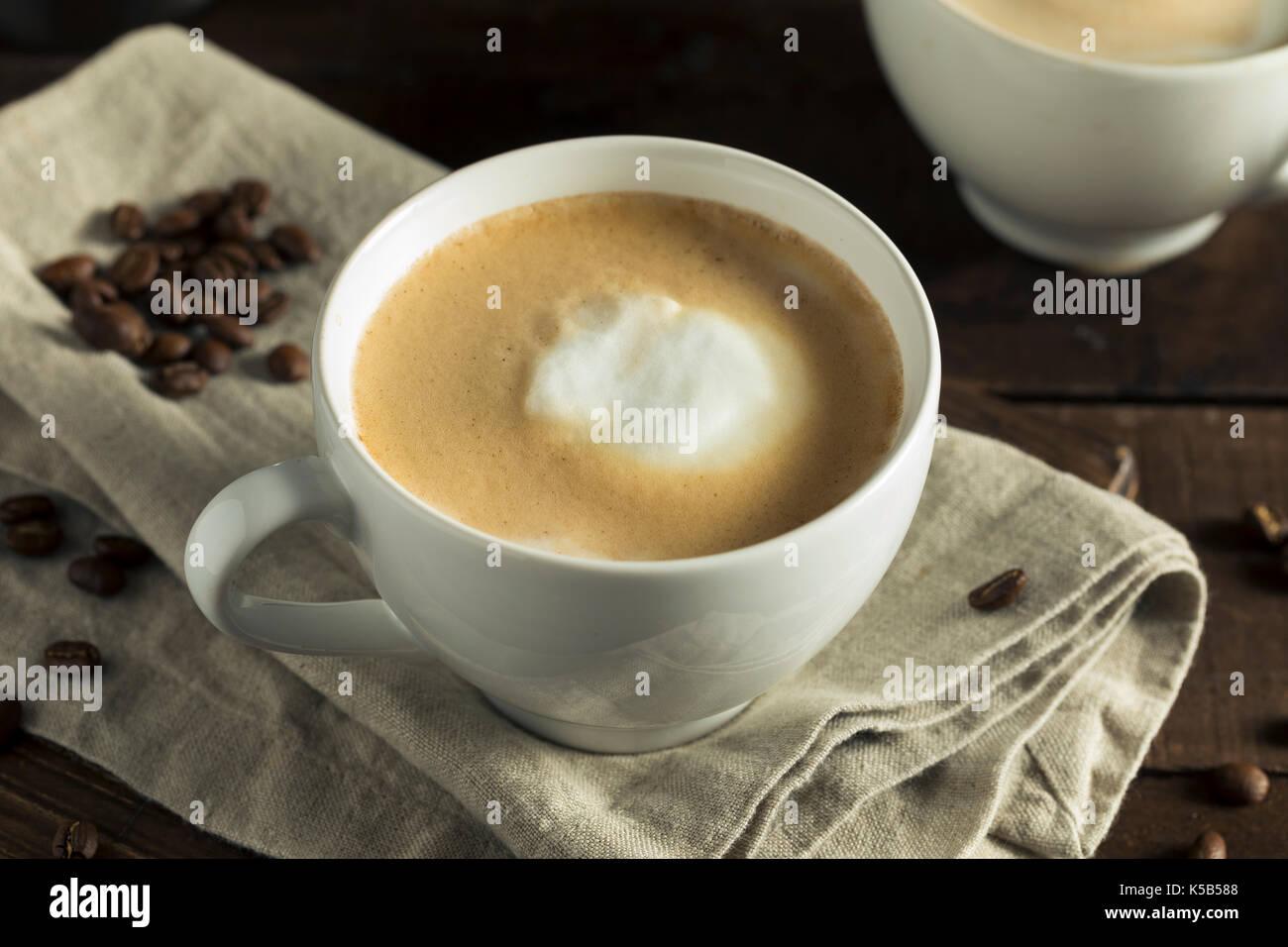 In casa piatto bianco latte scremato con crema di latte Immagini Stock