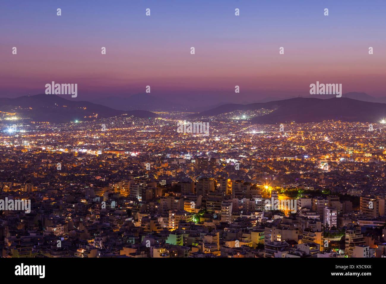 Vista panoramica di Atene, Grecia, a destra dopo il tramonto. Immagini Stock