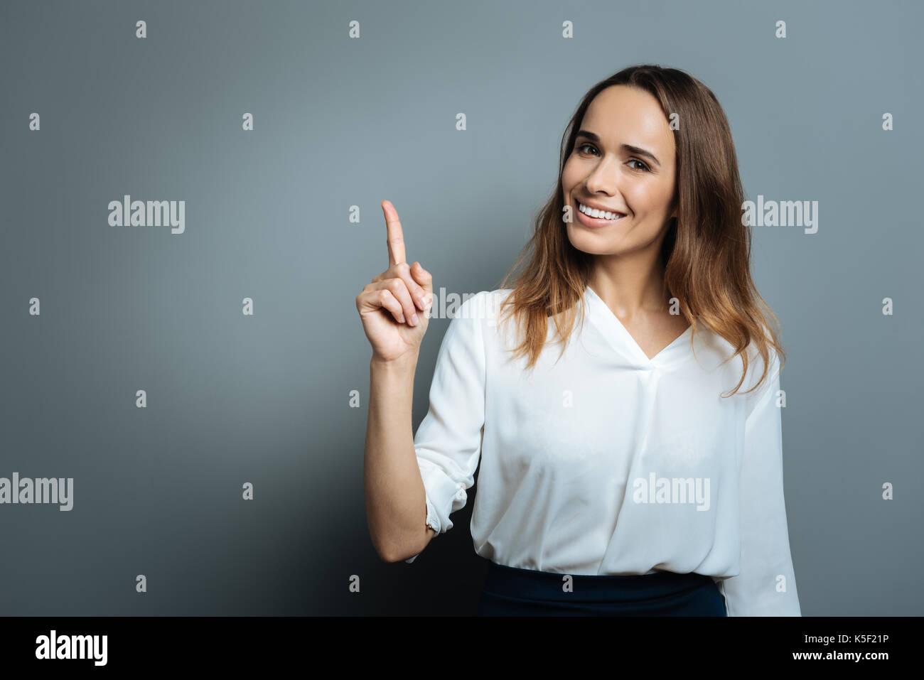 Felice donna attraente facendo un punto Immagini Stock