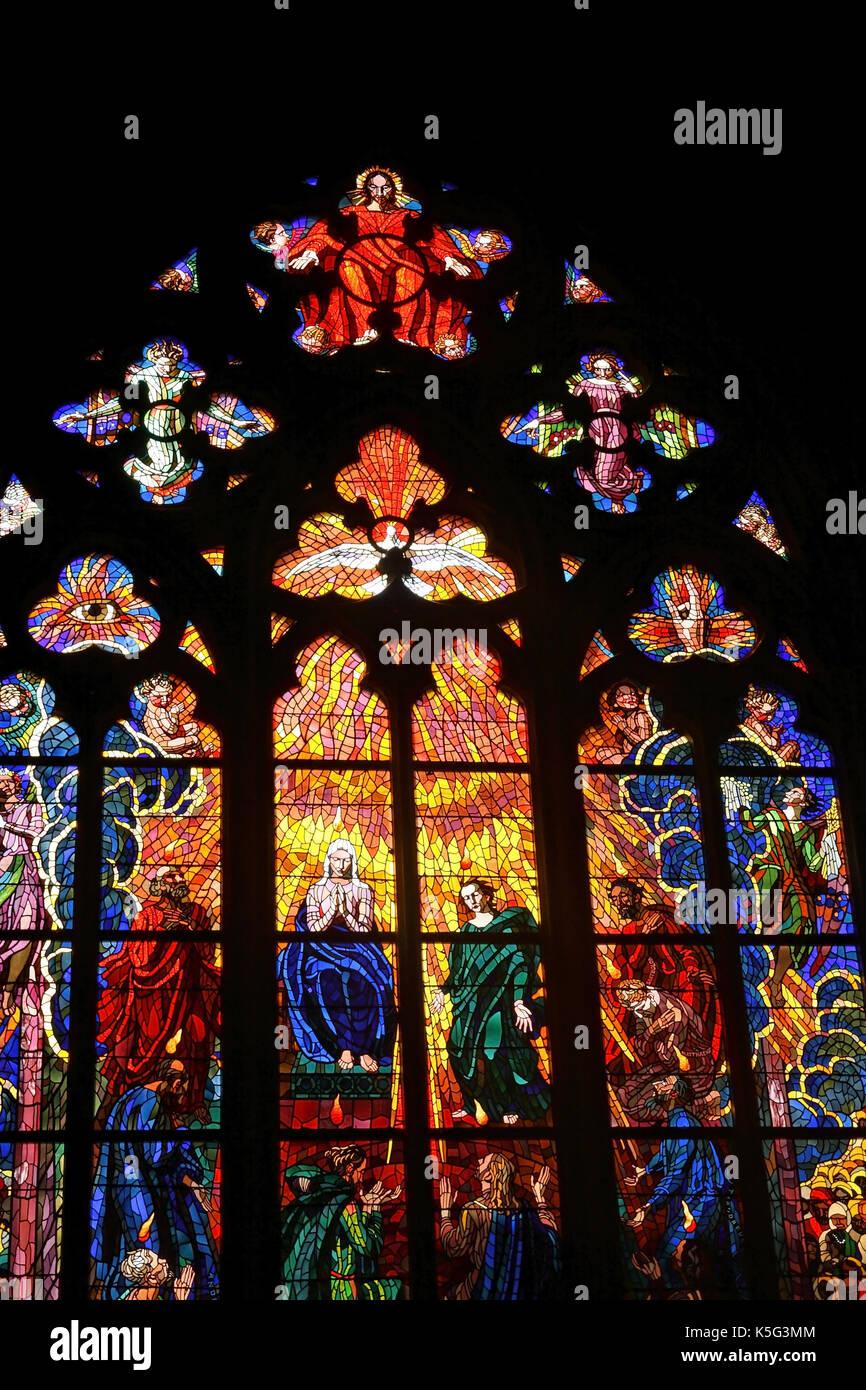 Vetrate della cattedrale st. guy situato in un cortile del castello di Praga, Praga, Repubblica ceca Foto Stock