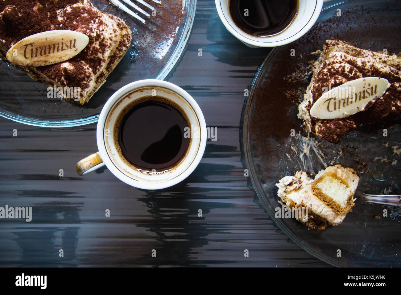 Vista dall'alto di un tiramisù e caffè per due Immagini Stock