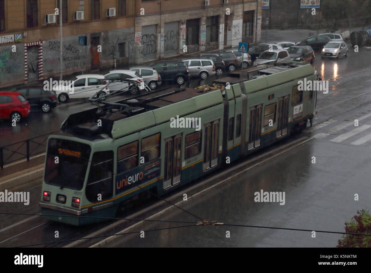 Tram numero 5 sulla via Prenestina in pioggia. Roma, Italia. Immagini Stock