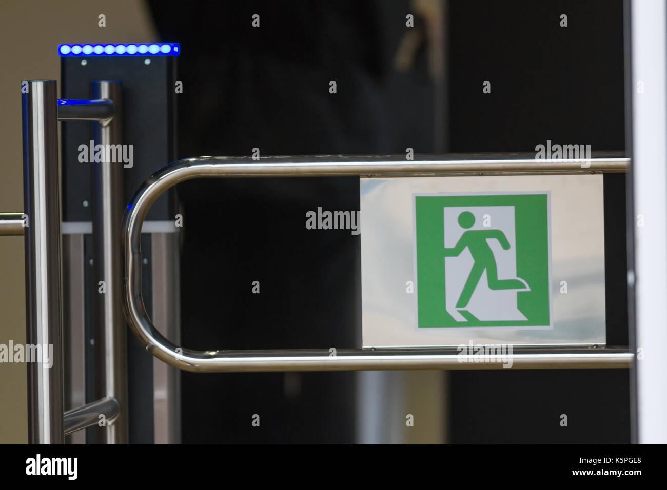 Segno - uscita, verde uscita di emergenza su tornello Foto Stock
