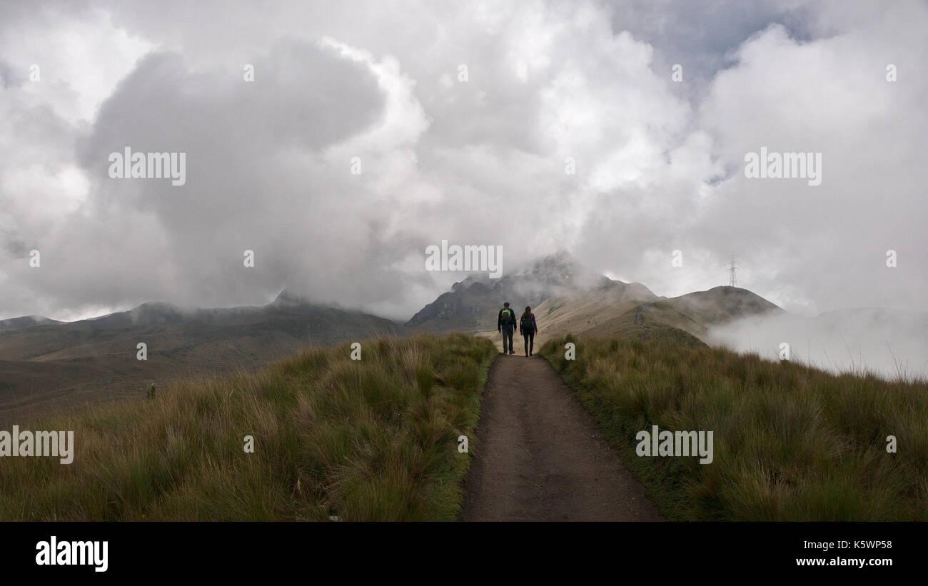 Pichincha, Ecuador - 2017: vista panoramica al vulcano pichincha, situato proprio al lato di Quito, che avvolge i suoi pendii orientali. Immagini Stock