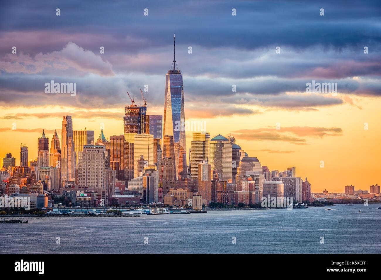 New York City financial district sul fiume Hudson all'alba. Immagini Stock