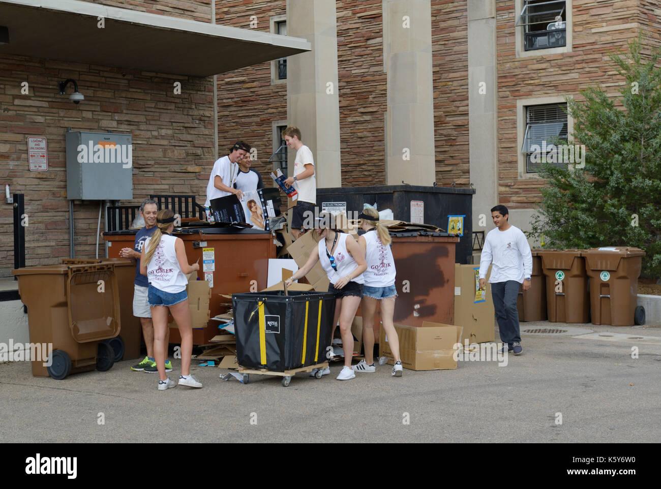 Studenti del College il riciclaggio del campus, università di Colorado Immagini Stock