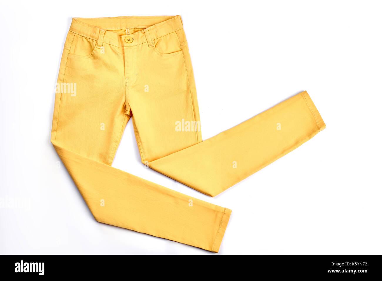 2ed10fa3f8f97d Le ragazze belle giallo skinny pantaloni. tasche moderni pantaloni gialli  per ragazzi isolati su sfondo bianco. la gioventù estate moda abbigliamento.