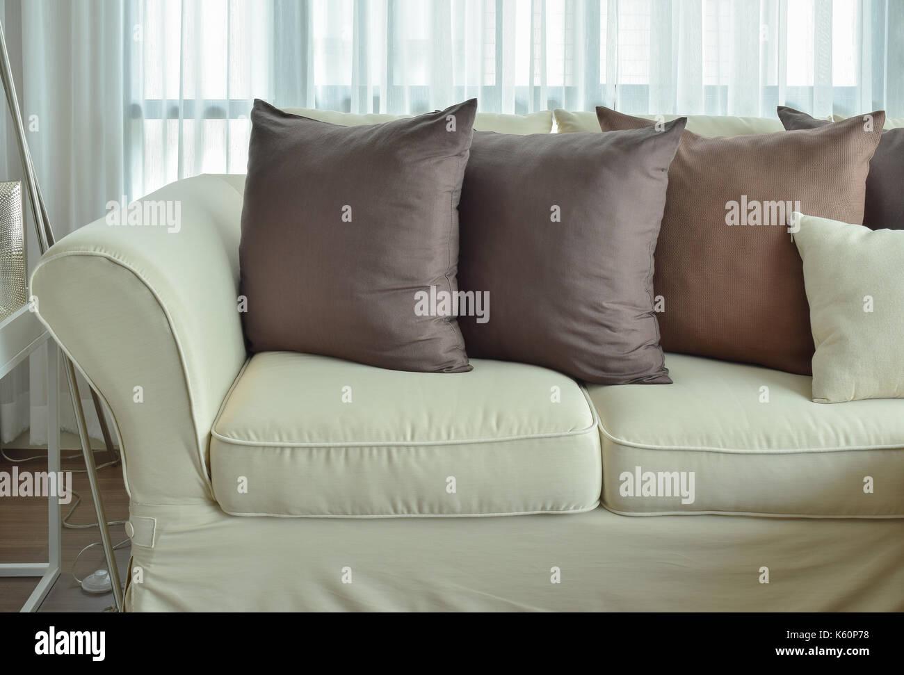 Cuscini Su Divano Marrone il marrone scuro cuscini impostazione sul colore beige
