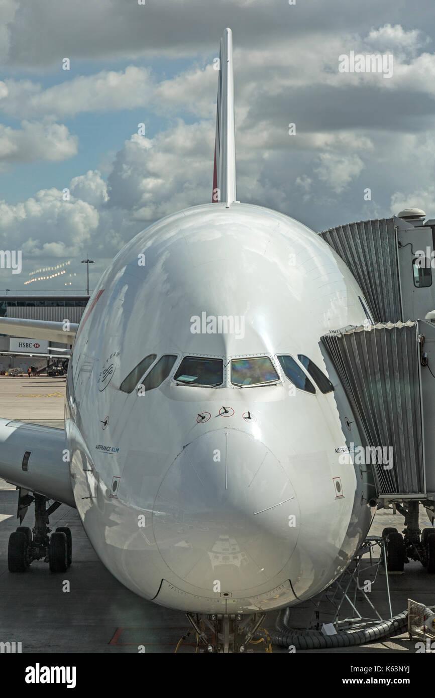 Vista frontale di Air France Airbus A380, F-HPJC, all'Aeroporto di Parigi Charles De Gaulle, Francia. Mostra la passerella attaccato al aircrraft per passeggeri. Immagini Stock